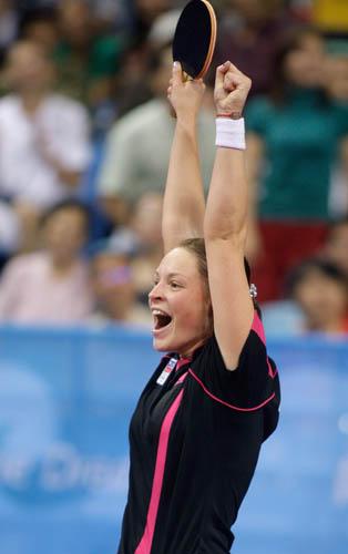 图文-奥运会19日乒乓球比赛赛况 高举双臂庆胜利