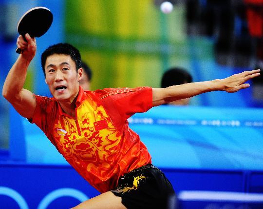 图文-乒乓球男单王励勤晋级八强 王励勤奋力救球