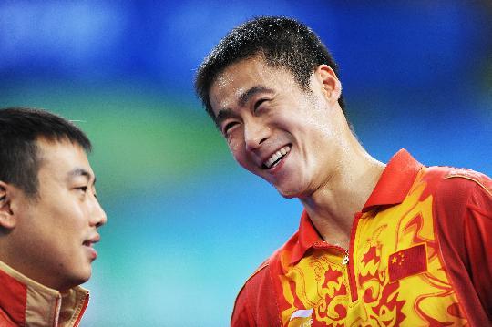 图文-乒乓球男单王励勤晋级八强 与刘国梁微笑交谈