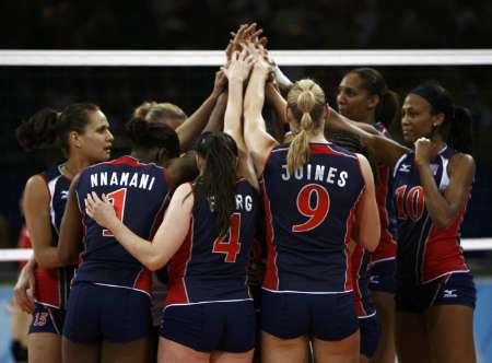 图文-女排小组赛美国胜日本 美国队庆祝胜利