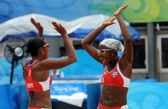 图文-女子沙排古巴战胜荷兰 巴西队员欢庆胜利