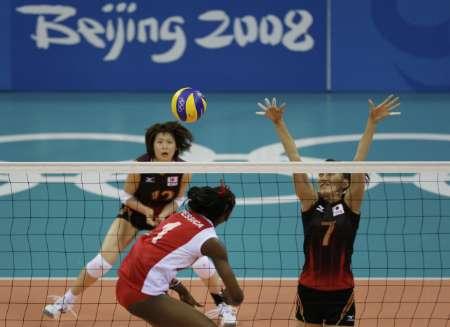 图文-女排预赛日本胜委内瑞拉 委内瑞拉队员扣球