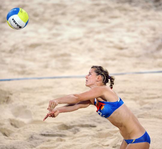 图文-女子沙排预赛中国战胜德国 萨拉为队友救球