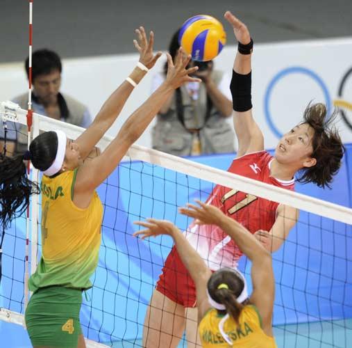 图文-女排巴西队横扫日本  日本扣球被拦住