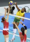 图文-女排巴西队横扫日本  巴西队高高跳起扣球