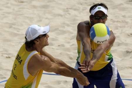 图文-男子沙排半决赛巴西德比战 两人一同救球