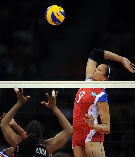 图文-奥运女排半决赛古巴vs美国 桑切斯高高跃起