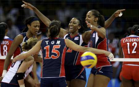 图文-奥运女排半决赛古巴0-3美国 美国队庆祝胜利