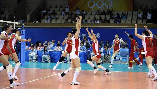 图文-女子排球中国队获得铜牌 姑娘们庆祝胜利