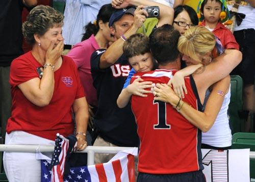 图文-男排决赛美国胜巴西夺冠 一家人紧紧拥抱