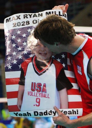 图文-男排决赛美国胜巴西夺冠 亲吻未到场的儿子