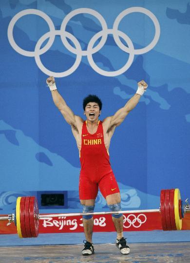 图文-陆永夺男子举重85公斤级金牌 站在台上狂呼