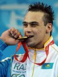 图文-男子举重94公斤级决赛赛况 品尝金牌的喜悦
