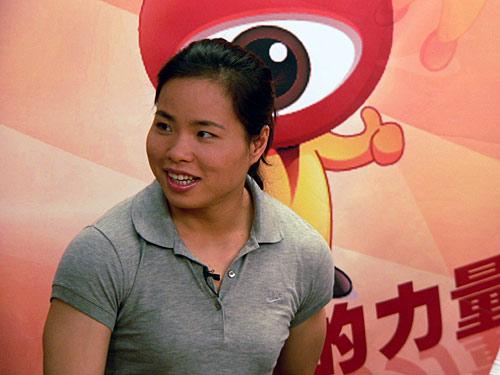 图文-奥运冠军陈艳青做客新浪畅聊 倾听主持人提问