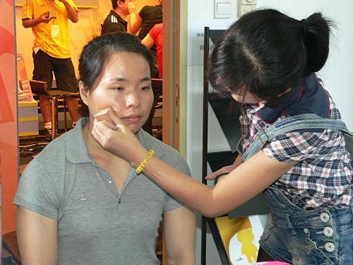 图文-奥运冠军陈艳青做客新浪畅聊 冠军在化妆间