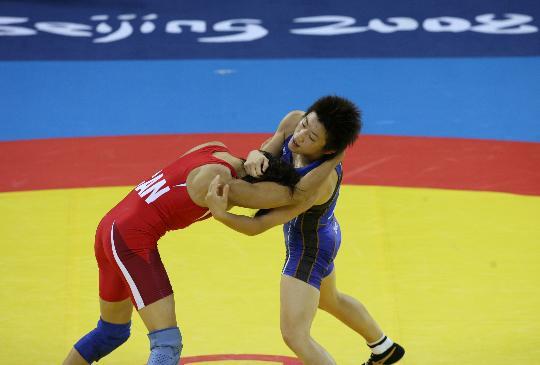 图文-自由式摔跤55KG许莉摘银 两人撕斗在一起