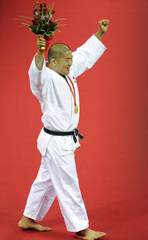 图文-柔道男子100公斤以上级 石井慧向观众致意