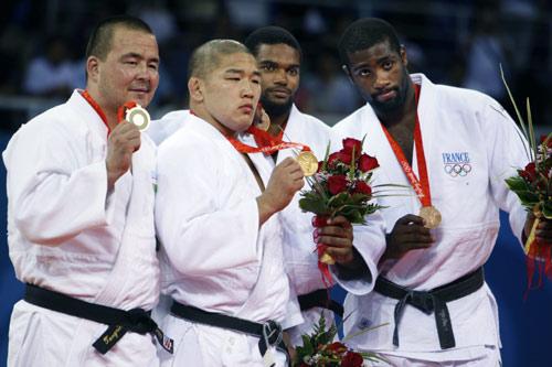 图文-柔道男子100公斤以上级 奖牌得主全家福
