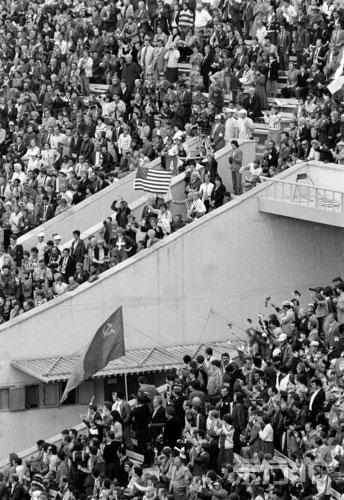 图文-第22届莫斯科奥运会开幕式 激昂的观众