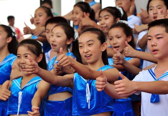 """图文-奥运村里的""""同心结""""合唱团 孩子们表演"""