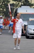 图文-奥运圣火在北京首日传递 火炬手王学勤