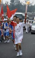 图文-奥运圣火在北京首日传递 火炬手林野传递