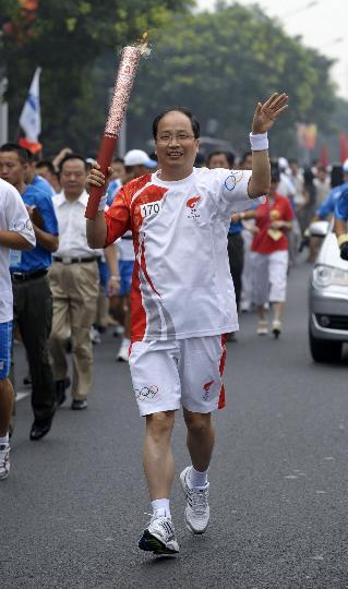 图文-奥运圣火在北京首日传递 火炬手易会满