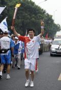 图文-奥运圣火在北京首日传递 火炬手邓中翰
