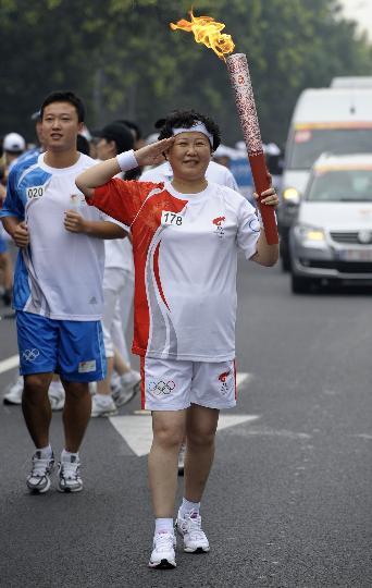 图文-奥运圣火在北京首日传递 火炬手龚海英