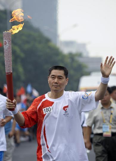 图文-奥运圣火在北京首日传递 火炬手张厚��传递