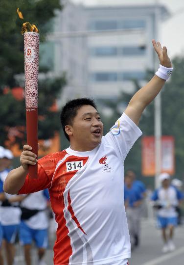 图文-奥运圣火在北京首日传递 火炬手李中文传递
