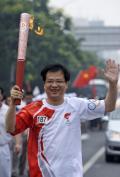 图文-奥运圣火在北京首日传递 火炬手朱江在传递