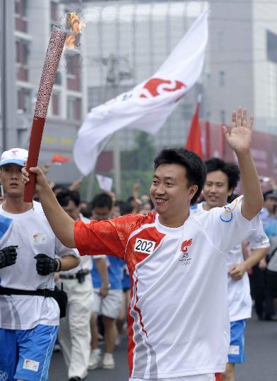 图文-奥运圣火在北京首日传递 火炬手董炯