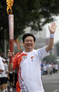 图文-奥运圣火在北京首日传递 火炬手廖永远