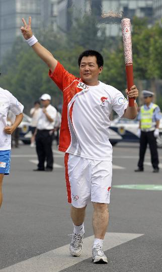 图文-奥运圣火在北京首日传递 火炬手张少军