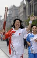 图文-奥运圣火在北京首日传递 火炬手黎星