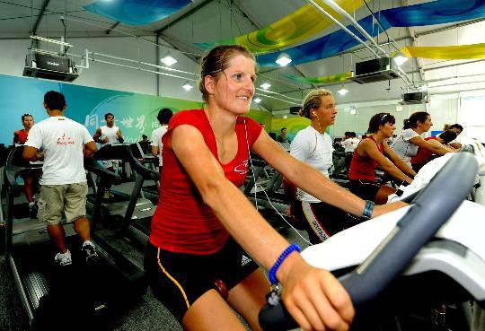 图文-写在北京奥运会开幕前夕 运动员在居住区内健身