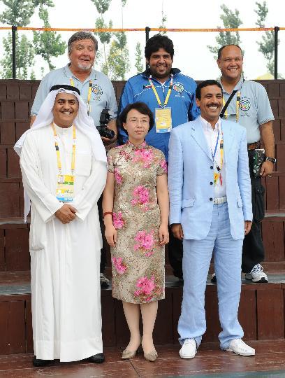 图文-各国代表团举行升旗仪式 科威特代表团成员