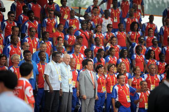 图文-各国代表团举行升旗仪式 古巴代表团成员合影