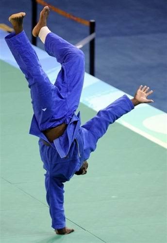 """图文-奥运赛场上的舞蹈家 里内跳起""""街舞"""""""