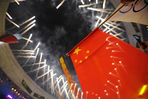 图文-北京奥运会闭幕式 五星红旗为鸟巢增辉