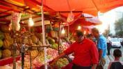 图文-祝福北京塔塔尔族使者评选 诱人的水果摊