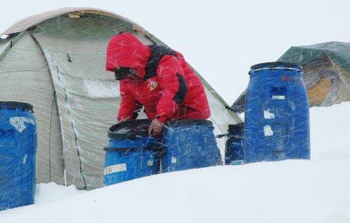 图文-迦舒布鲁姆I峰攀登全记录 风雪中寻找生活用品