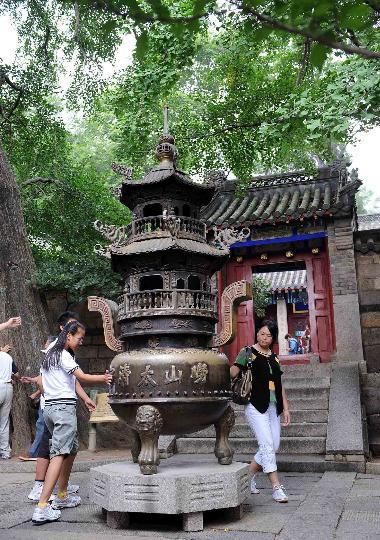 图文-奥帆赛掀起崂山旅游热 游客兴致勃勃的游览