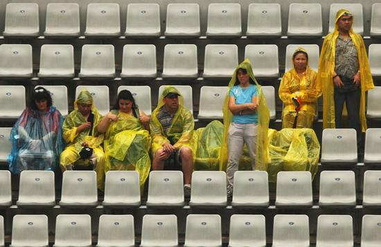 网球比赛首日遇小雨