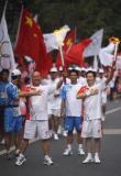 图文-奥运圣火在乐山传递 抬头挺胸耀雄威
