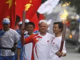 图文-奥运圣火在乐山传递 热情拥抱交接火炬