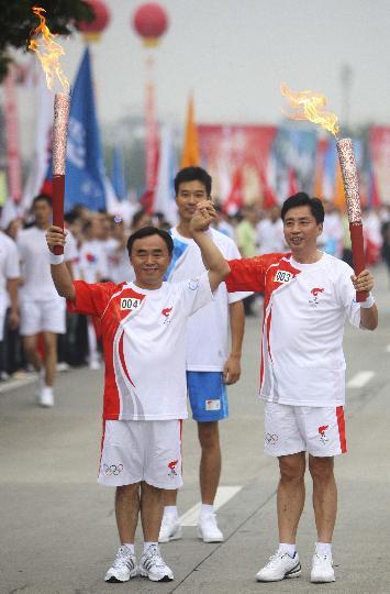 图文-奥运圣火在四川成都传递 第三棒第四棒合影