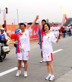 图文-奥运圣火在四川成都传递 陈鲁豫和侯岩交接