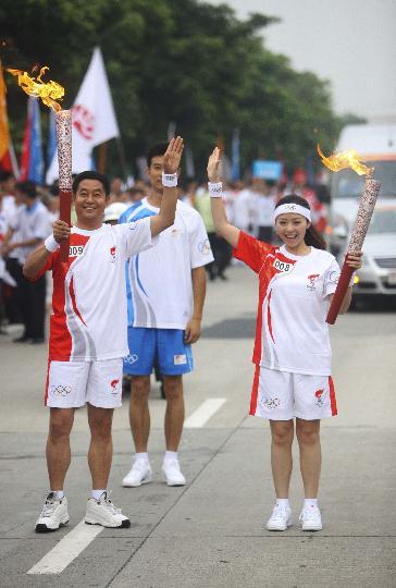 图文-奥运圣火在四川成都传递 张靓颖和李丕金合影